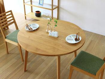 家族構成やライフスタイル、お部屋の広さなどに合わせて選ぶと良いでしょう。  また、家族や来客が多いご家庭や普段食卓に並べる食器が多いご家庭は、ライフスタイルに合わせて天板のサイズを選んでみてください。 丸い天板なら人数が増えても椅子を並べやすく、空間のどの場所に置いてもお部屋になじみますよ。