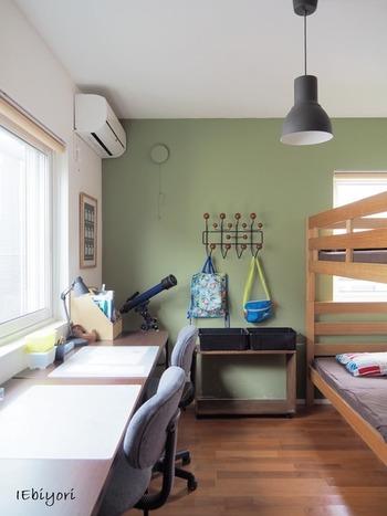 「子ども部屋」づくりのポイントは、安全であることはもちろんですが「家族の気配が感じられる、程よい距離感」ではないでしょうか。  たとえば、リビングの横など家族の集まる部屋の近くにあることや、室内窓で緩やかに繋がっていること。