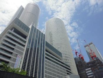 名古屋駅直結で観光の初めや、物足りないときに遊ぶことができる大型複合施設が「JRセントラルタワーズ」です。駅ビルとしては現状日本最大とされ、デパートやレストラン、オフィスやホテルも入っています。遊ぶ前の腹ごしらえにもぴったりですし、お買い物やお土産選びにもおすすめですよ。駅直結なので雨の日に遊ぶスポットとして重宝される名古屋スポットです。