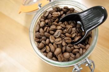 しっかりした酸味があるのはアフリカ産『モカ』『ケニア』『キリマンジャロ』など。 アジア産で酸味が少なくコクが深いのは『トラジャ』『マンデリン』などになります。