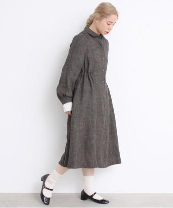 リネン素材なら黒でも軽やかに春らしく着こなすことができますよ♪ソックスやパンプスと合わせても、かっちりとしすぎないのでちょういいかわいらしさが。