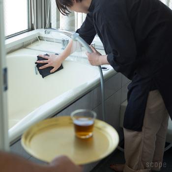 浴室の壁を掃除する際には、しっかり手を伸ばしウエストをひねるように意識すると、二の腕とウエストの引き締め効果も期待できます。