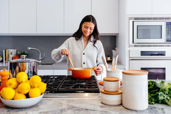 煮込み料理など、時間がかかる料理で火元からなかなか離れることができないときもエクササイズのチャンスです。食器洗いのかかと上げはもちろん、くびれトレーニングもおすすめ。