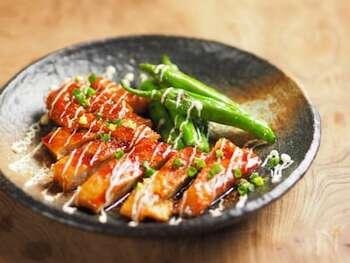 甘辛い醤油味×マヨネーズは間違いない美味しさ。鶏肉は開いて1cmほどの厚さになるまで叩き、調味料を揉み込むことで柔らかく仕上がります。唐辛子や山椒をかければ大人の味に。