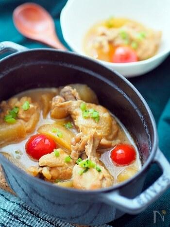 味がよく染みて柔らかくなった手羽元は絶品!調味料はポン酢だけで、お肉や野菜から良い出汁が出ます。大根は煮る前にレンジにかけることで、臭みが取れて味が染みやすくなりますよ。