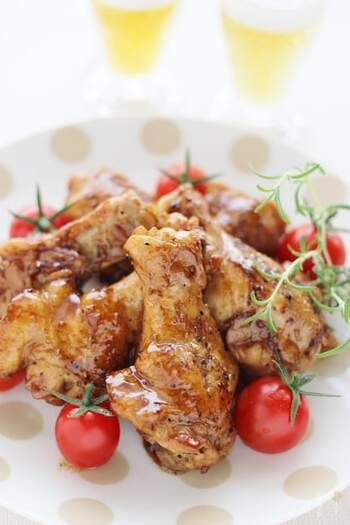 コーラの炭酸効果でお肉が柔らかくなります。豪快にかぶりつきたくなりますね!煮詰める時は焦げないように注意しましょう。