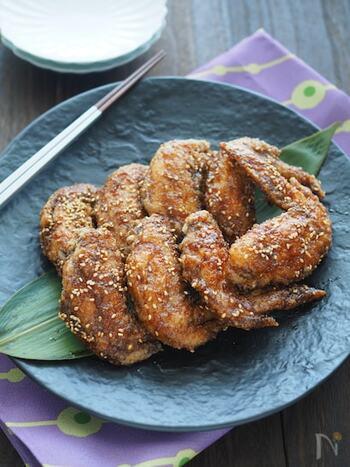 名古屋名物の味をお家で楽しめるレシピです。片栗粉をまんべんなく付けた手羽先を揚げて、煮詰めておいたタレに浸けます。タレ好きの方は2度浸けがおすすめ。胡麻をたっぷり振っても美味しいです。