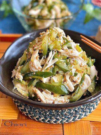 やみつきになる中華風サラダ。ささみはお酒と塩を揉み込んでレンジで加熱します。ほぐしてきゅうりと合わせたら、調味料を絡めて完成!箸休めにぴったりです。