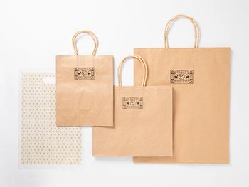 """まず気になる、「梱包資材をどうそろえるか」問題ですが、基本的にはショッピングの際にもらった紙袋やプラスチックバッグを活用してOKです。  ただし、余りにもヨレヨレになっているものを使用すると、不潔な印象や、あなたへの信頼感へのダメージにつながり、商品自体に問題がなくてもお相手の心象にかかわる場合も…。 判断基準は、「あなたが受け取って""""何コレ!?""""と思わないレベルのものを選ぶ」こと。"""