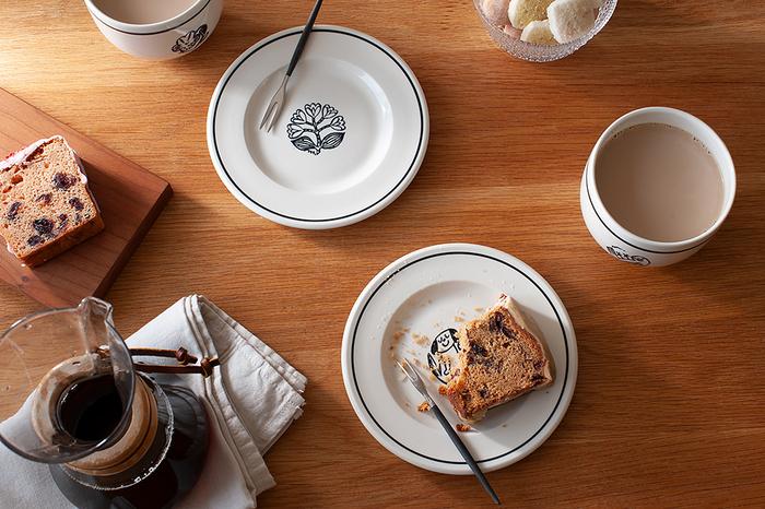 真ん中に可愛らしいイラストが描かれたプレート。食べ進めるうちに、少しずつ下の絵が見えてくる楽しみがありますね。ドライフルーツがたっぷり入ったケーキには、ほっこりするカフェオレを合わせましょう。