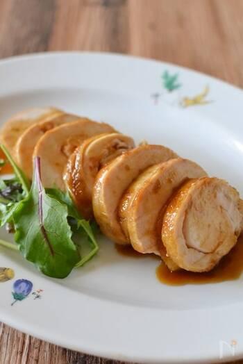 ご飯やお酒のお供にも、お弁当のおかずにもぴったりなチャーシュー。手作りするのは意外と簡単で、巻いた鶏肉を焼き目が付くまで焼いたら調味料を加え、5分蒸し焼きにするだけです。冷蔵で3日、冷凍で3週間保存が効くのも嬉しいポイントですね。
