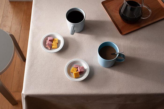 小さなお皿に小さいお菓子を少しだけ、あるいは特別なお菓子をひとつだけ乗せて、「ちょっと一息」のティータイムを。デザインの美しいシンプルなマグカップとプレートはそれだけでおしゃれに決まるので、気楽な休憩にぴったりです。