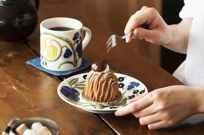 大きなモンブランをいただく、贅沢なひととき。美しい模様で彩られたマグカップとプレートをセットで使えば、喫茶店にいるような気持ちが味わえます。