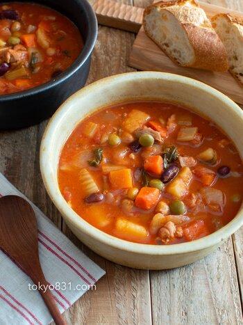 素朴な味わいのバゲットとミネストローネの組み合わせは定番。バゲットに合わせるミネストローネには、鶏肉、野菜、豆をたっぷり加えて。これひとつで栄養満点のおかずに。