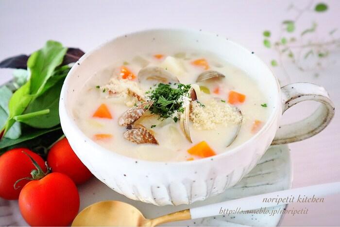 ハマグリの代わりにあさりを使ったクラムチャウダー。イングリッシュマフィンは、ミルク系のスープとの相性抜群。手の混んでいるように見えるクラムチャウダーも具材を炒めて煮るだけなので思っているより簡単。缶詰のアサリを使うと更にお手軽に作れますよ。
