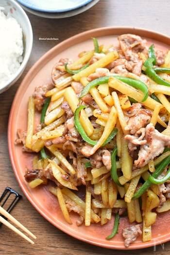 豚肉とじゃがいもにピーマンをプラスした、豚肉とじゃが芋のこくうま炒め。野菜は細切りでシャキシャキ歯ごたえも楽しい。味付けは醤油に塩こしょうのみで美味しく、忙しい夕飯づくりにも最適です。
