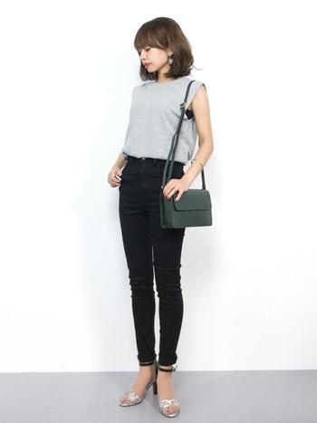 黒スキニーとヒールを合わせて、脚長効果&スラッとしたスタイルに。オフィスカジュアルにもGOOD。アクセサリーやバッグなどの小物をプラスして女性らしさをアップして。