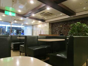昔ながらの喫茶店という店内は、ここが新宿というのを忘れてしまいそうなほど。駅から近いので待ち合わせ場所にもいいですね。広々として落ち着いた空間は、ゆっくりできそうです。