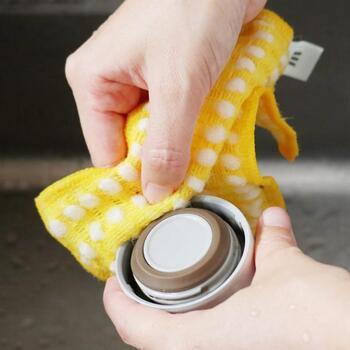 食器洗いクロスとスポンジが合体したこちらのスポンジ。手の届きにくい水筒のフチもすっきりキレイに洗うことができますよ。簡単な汚れなら洗剤ナシでも落とせます。