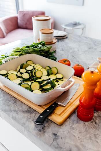 カット済み野菜や下ごしらえ済みのお肉を使うと、調理の手間やかかる時間がぐっと減りますよ。嬉しいのは包丁やまな板などの洗い物も少なく済むことです。