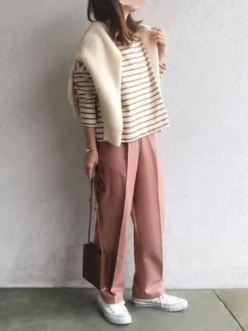 優しい印象のベージュのボーダーT。ピンク系のパンツと合わせて柔らかな雰囲気に。