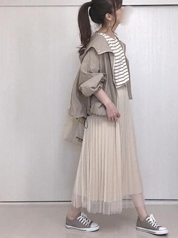 全身をベージュ系でまとめたワントーンコーデ。透け感あるチュールスカートでふわっと軽めの空気感を演出。