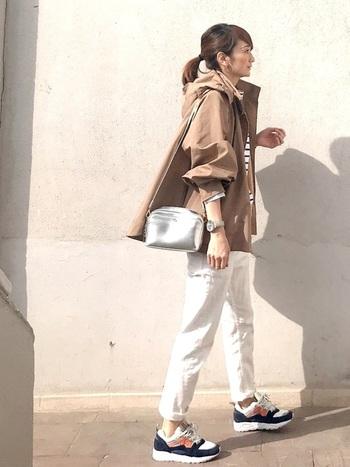 ボーダーTに白パンツだと寂しい印象になりがちですが、シルバーのバッグやゴツめのスニーカーでコーデを格上げ。