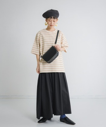 丈長めのボーダーTには、あえてロング丈のスカートをセレクト。バランスが悪く見えないのは、他のアイテムを黒でまとめているから。