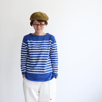 定番アイテムだからこそ、着こなしのマンネリ化には気をつけたいもの。この記事では、ボーダーTシャツがありきたりにならない、ひとひねり加えたおしゃれな着こなし術をご紹介します。