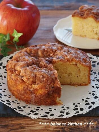 こちらは見た目から食べ応えのありそうなリンゴのホールケーキです。トッピングのシナモンシュガーがカリっと香ばしいアクセントに。まずはトッピングからスタート。バターと砂糖とシナモンパウダーを混ぜれば完成です。  粉類は泡だて器で混ぜることで(泡立てなくてOK)、粉ふるいの作業をカット。角切りリンゴを生地に混ぜて、焼いたら出来上がりです♪