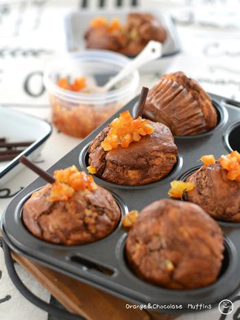 ころころとしたかわいらしいマフィンは、チョコレート×オレンジピールの上品な味わい。ホットケーキミックス(HM)を使うので、粉類の準備も簡単です。チョコレートは湯せんにかけて溶かしておきましょう。  まずは卵と牛乳を混ぜます。HMは2回に分けて加えるのがコツ。チョコレートを加えてからは、混ぜすぎないように注意してくださいね♪