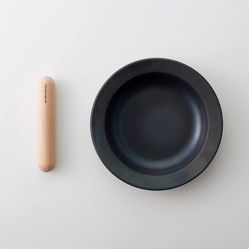 フライパンにもお皿にもなる1台2役のキッチン用品です。取り外せるハンドルは山形県天童市の工場で作られた無垢材が使用されています。シンプルながらにおしゃれさも感じさせる、どのご家庭でも使いやすいフライパンです。