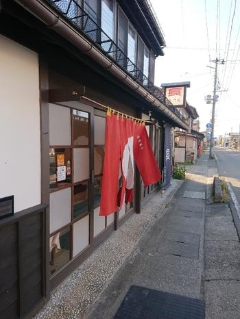 福島県会津若松市にある「本家長門屋」は、1848年創業の老舗和菓子店。「あんこ玉」や「おこし」など、会津の郷土駄菓子の伝統を守り続けていますが、ここ数年SNSなどで注目されているフォトジェニックな羊羹があるんです。