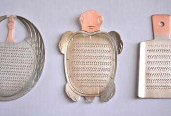 可愛らしい亀の形をした銅のおろし金です。刃が立っていて鋭いため、食材の水分も含んだままやわらかいおろしが出来上がります。職人さんが細かい刃をひとつひとつ立てているこだわりのおろし金です。