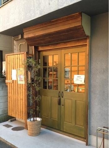 """千駄木駅から徒歩2分のところにある「和菓子薫風」は、農家直送の食材を使用した四季折々の和菓子と""""日本茶×羊羹""""のマリアージュを提案するお店です。"""