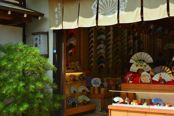 京都で平安時代初期から受け継がれる伝統工芸が、「京扇子」です。文字を書くために使用した細長い板、「木簡」が扇子の原型と言われています。当初はヒノキの板を重ねていましたが、細い竹と紙の形になって軽く使いやすくなりました。普段の生活から、結婚式や神事などかしこまった場面まで、幅広く使われるアイテムです。