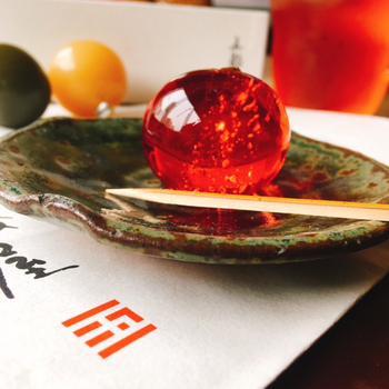 楊枝でついてぷるんと弾けた羊羹は、まるで宝石のようなきらめき。酒、塩糀、酢、醤油、味噌の5つの味を基本とし、ばら和紅茶など季節限定も登場しますよ。