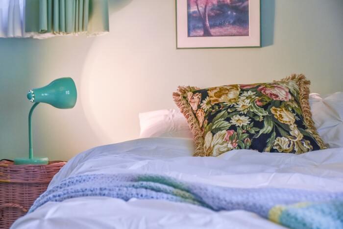 寝ている間に肌細胞は修復をするので、良質な睡眠には美肌効果があります。遅くまで仕事をしていると脳は交換神経が活発な興奮状態になっていて、寝つきが悪くなったり、眠りが浅くなったりしてしまいます。リラックス状態=副交感神経へのスイッチングがスムーズになるよう、軽くストレッチをしてから寝るようにしましょう。