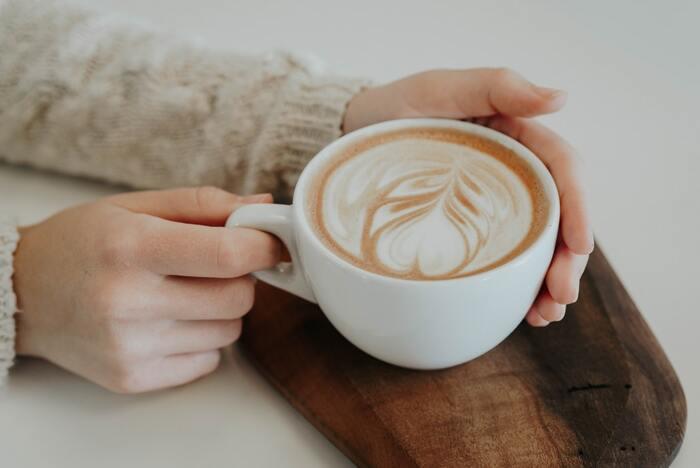 「コーヒーマシン」が、コーヒー粉をドリップして淹れるのに対して、「エスプレッソマシン」は、コーヒー粉に高い圧力をかけ一気に抽出します。 きめ細やかなコーヒー粉を蒸気圧によって短時間で抽出することで、雑味が少なくうま味だけを引き出すことができるため、美味しくコーヒーを楽しむ方法として人気があります。