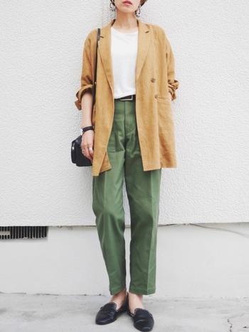アースカラーでまとめたキャメル×カーキのカラーリングが映えるジャケットコーデ。白Tがちらりと見えるだけで、コーデに女性らしさとセンスを感じさせます。ジャケットをカジュアルダウンして着こなしたい時に、参考になるコーデです。