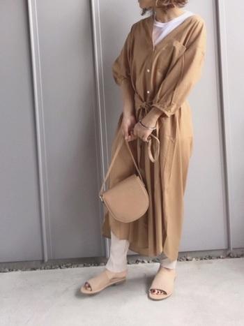 風をはらむさらりとした素材感のワンピースは、女性らしいナチュラルな着こなしにぴったり。インナーに薄手の白Tを選んで、軽やかさをプラスすると、程よくカジュアルダウンされて爽やかなイメージに。