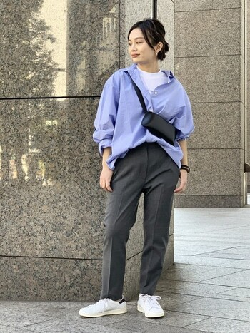 オーバーサイズのシャツは、襟元や袖に現れるゆとりが、ラフな大人っぽさを演出してくれます。インナーに爽やかな白Tをのぞかせると、ややメンズライクな印象に。ワイドパンツやスニーカーとも相性良く決まります。