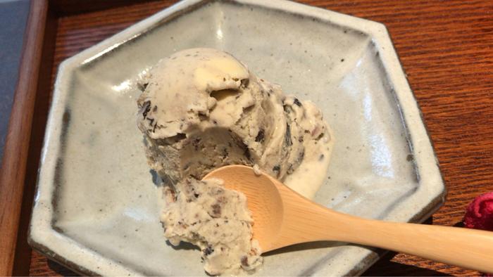 バニラアイスに塩気のきいた丹波黒豆が個性的なひと品。少し硬めに炊いた丹波黒豆はナッツのような香ばしさが感じられます。甘じょっぱいアイスは、食後のデザートにもお酒のお供にも合いそうですね。