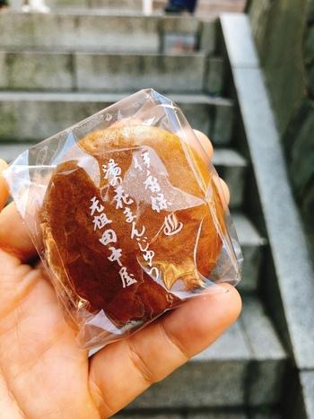しょっぱいものを食べたら、甘いものも食べたくなりますよね。石段の真ん中にある「田中屋」では、蒸したてアツアツの温泉饅頭をいただけます。