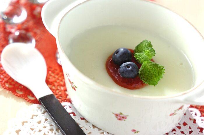 なんとマグカップの中で混ぜるだけで完結するレシピです。牛乳で作るなめらか食感のブランマンジェ。  電子レンジを使うので、耐熱のマグカップで作りましょう。牛乳に砂糖とコーンスターチを溶かしたら、電子レンジで温めながら混ぜてとろみを出します。冷めてから冷蔵庫で冷やしてできあがり。ジャムやベリー、ミントなどを飾ればさらにおしゃれになりますよ♪