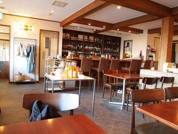 昼はカフェ、夜はバーになる店内は、ゆったりとくつろげる空間。静かに流れるジャズも心地よく響きます。