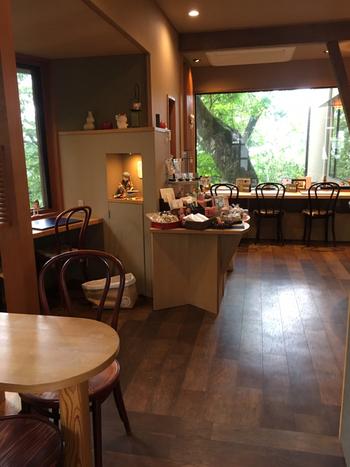 石段街の目の前にある「茶屋たまき」は、待ち合わせにも便利な和カフェ。温もりが感じられる店内からは、木々の緑を間近に見ることができます。