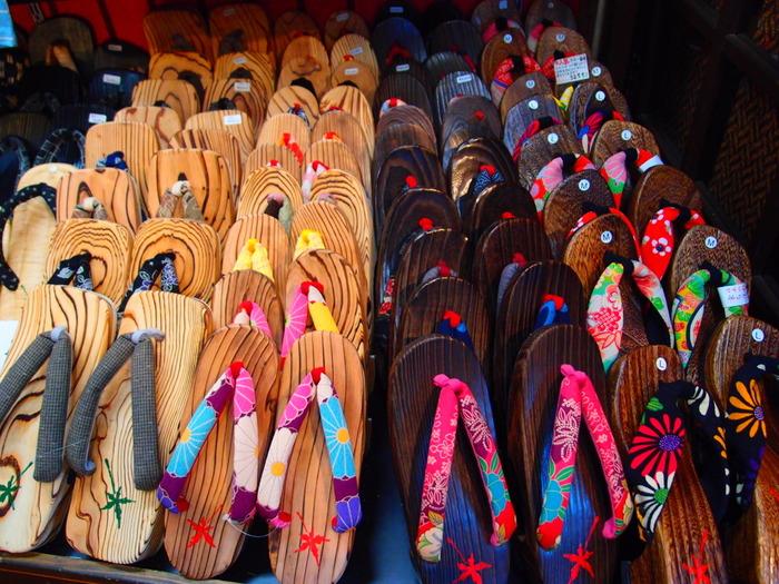 伊香保には伝統工芸の「伊香保下駄」があります。一般的な下駄は桐で作りますが、伊香保下駄は杉の木で作るのが特徴。石段街にある「吉野屋物産店」では、200種類以上ある鼻緒から好きなものを選び、足に合わせてすげてもらえます。