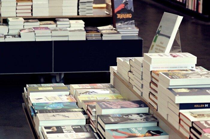 本との出会いは一期一会。本屋さんへ行くと、たとえ欲しい本が無い方でも、周囲にある本に知的好奇心をくすぐられて、ワクワクしますよね。  平置きされている本を間近に見て、興味がある本を少しめくってジャケ買いを楽しむ・・・そういった実店舗の本屋さんならではの楽しみも良いですが、今回は、自宅でも本屋さんへの訪問を楽しめる「オンラインブックストア」にフォーカス。  とりわけ、オーナーの審美眼を感じる、素敵なセンスを放つ「オンラインブックストア」を厳選してご紹介します。