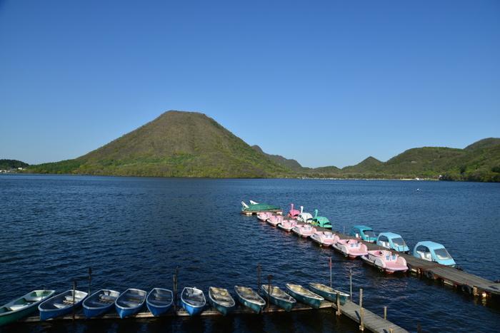 榛名山のカルデラ湖である「榛名湖」の透き通った水の美しさも圧巻です。目の前には標高1391mの榛名富士が見え、湖面にシルエットが映ることも。ボートに乗ってゆらりと風に吹かれていると、聞こえてくるのは波の音だけ。時間を忘れてしまいそうです。